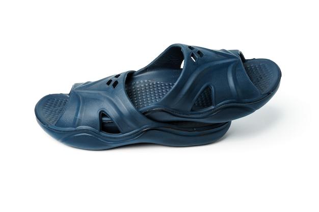 Czarne pantofle męskie, fotografia obiektowa w studiu męskich butów plażowych - na białym tle.