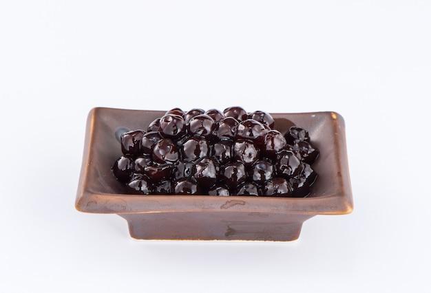 Czarne perły. gotowane perły tapioki na herbatę bąbelkową na białym tle. skopiuj miejsce