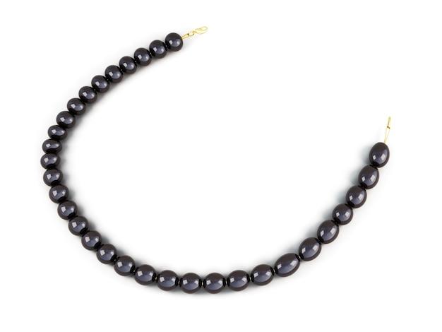 Czarne perły koraliki na białym tle. renderowania obrazu 3d.