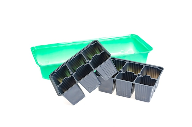 Czarne plastikowe kasety do uprawy sadzonek roślin na białym tle