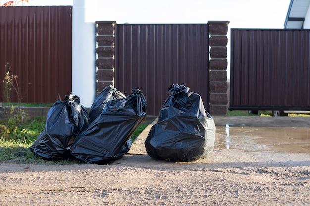 Czarne plastikowe torby ze śmieciami. koncepcja selektywnej zbiórki i utylizacji odpadów do recyklingu