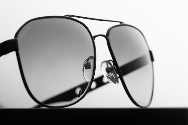 Czarne polaryzacyjne okulary przeciwsłoneczne w metalowej oprawie