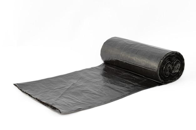 Czarne polietylenowe worki na śmieci na białym tle