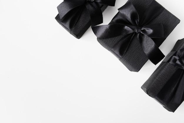 Czarne prezenty na prostym tle