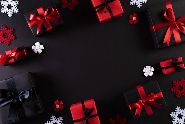 Czarne pudełka z czerwoną wstążką na czarno