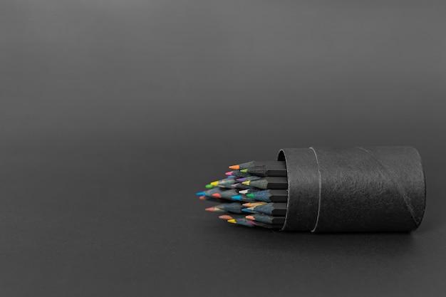 Czarne pudełko na ołówki pełne kolorowych kredek