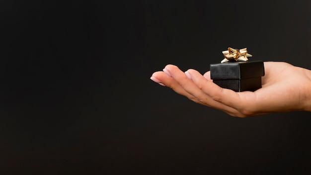 Czarne pudełko ze złotymi wstążkami