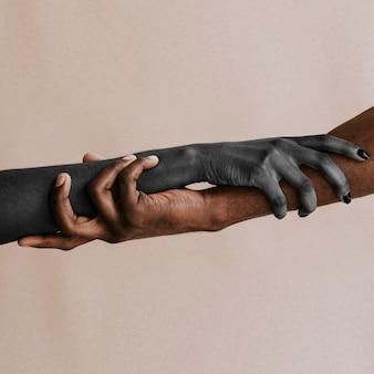 Czarne ręce podtrzymujące się nawzajem