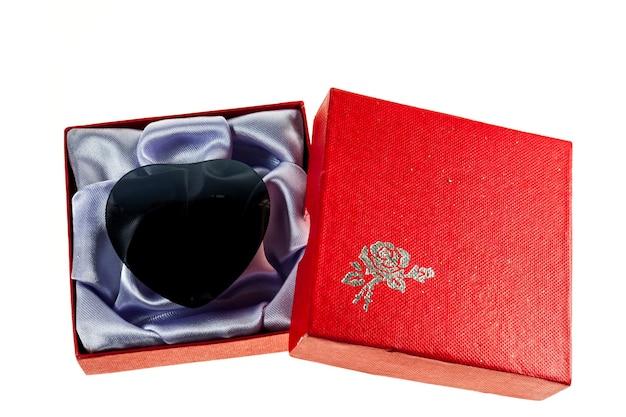Czarne serce w czerwone pudełka na walentynki.