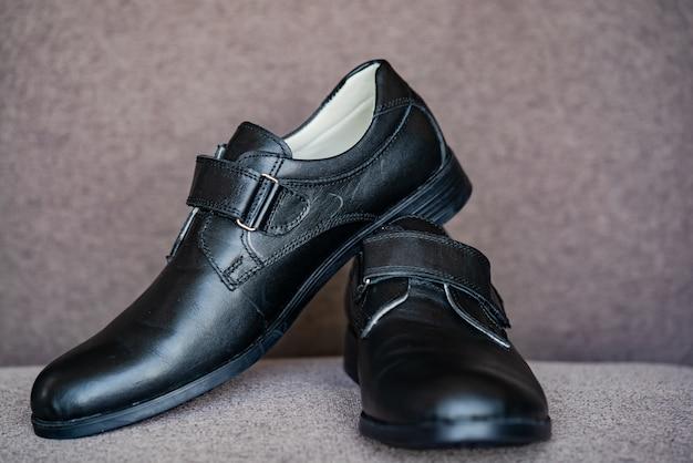Czarne skórzane buty dla chłopca. nowe czarne buty szkolne dla klasycznych chłopców