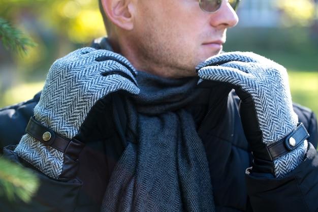 Czarne skórzane rękawiczki męskie z wstawkami z tkaniny w jodełkę