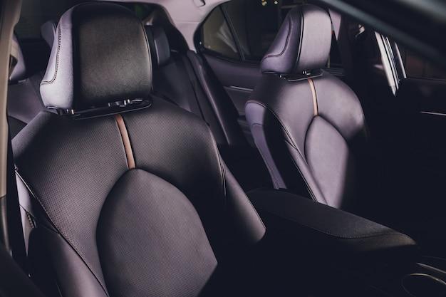 Czarne skórzane siedzenie w kabinie samochodu.
