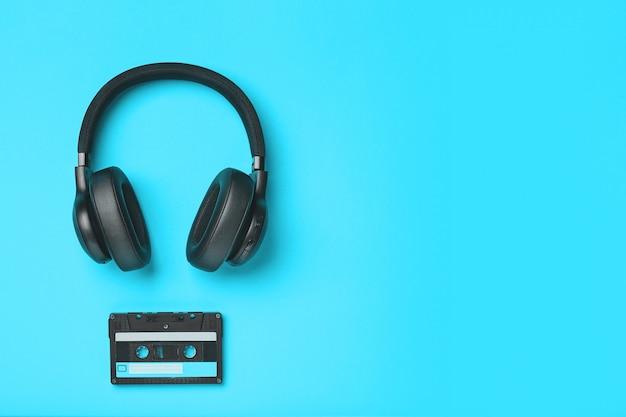 Czarne słuchawki bezprzewodowe z taśmą magnetofonową