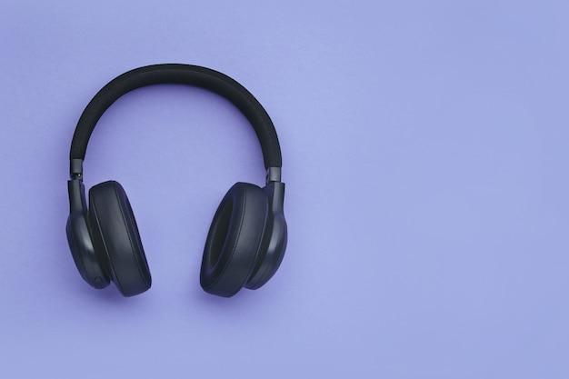 Czarne słuchawki na kolorowym tle