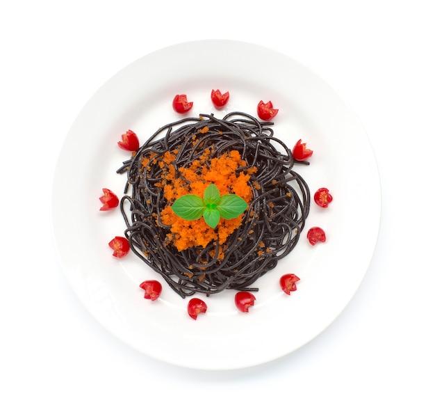 Czarne spaghetti smażone z jajkiem tobiko