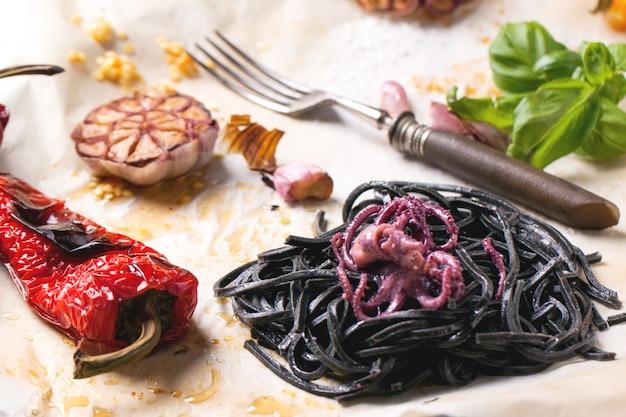 Czarne spaghetti z grillowanymi warzywami