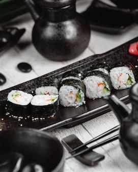 Czarne sushi ustawione na stole