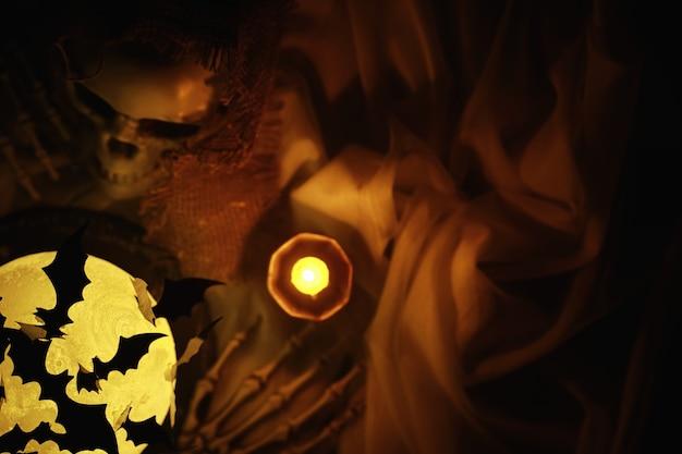 Czarne sylwetki nietoperzy na tle księżyca. koncepcja halloween. przerażające tło. przerażające obiekty abstrakcyjne na halloween.