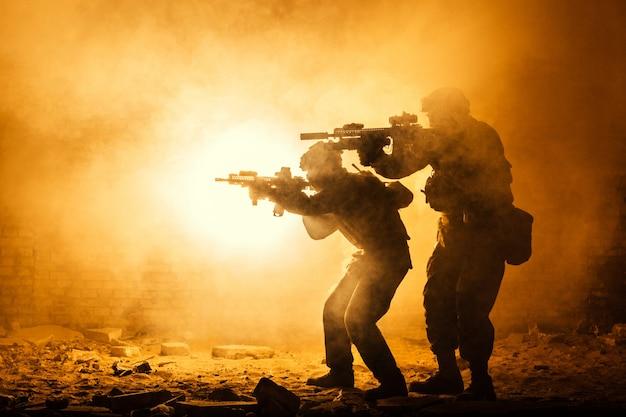 Czarne sylwetki żołnierzy