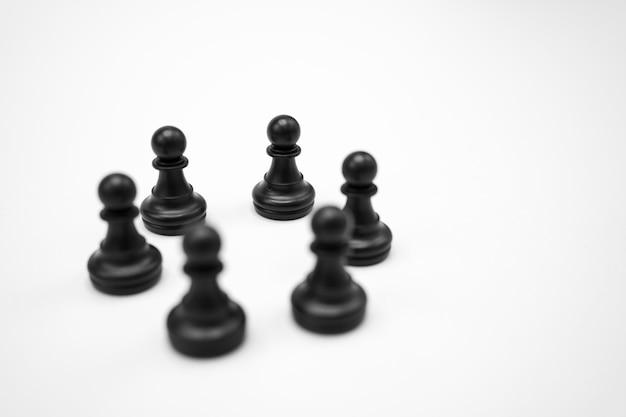 Czarne szachy na białej powierzchni