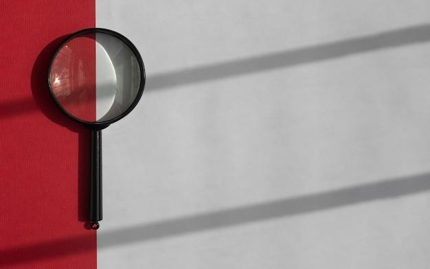 Czarne szkło powiększające na białym tle z czerwonym paskiem i cieniowanymi paskami z wyszukiwania światła dziennego ...