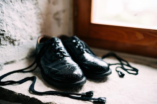 Czarne szkockie buty pana młodego z długimi sznurowadłami ze skóry królika - brogsy ghillie.