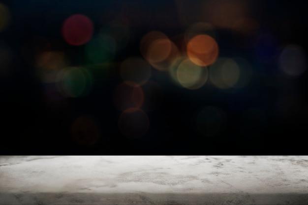 Czarne tło bokeh z białą marmurową podłogą