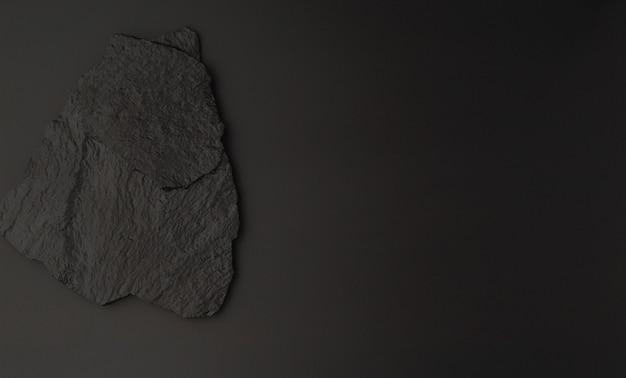 Czarne tło z pomalowanym kamieniem i wolną przestrzenią