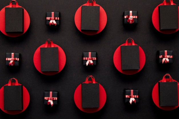 Czarne torby na zakupy w czerwone kropki leżały płasko