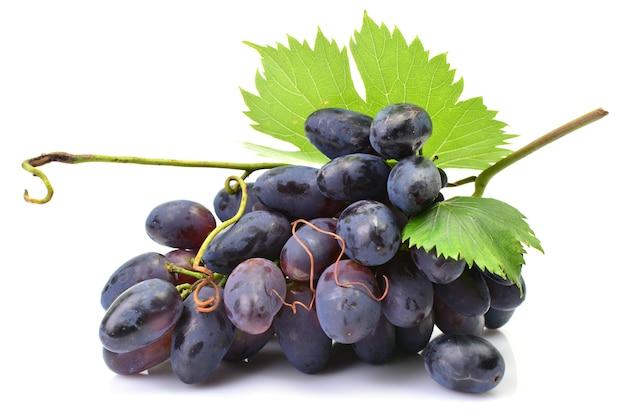 Czarne winogrona na białej powierzchni