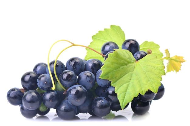 Czarne winogrona na białym tle