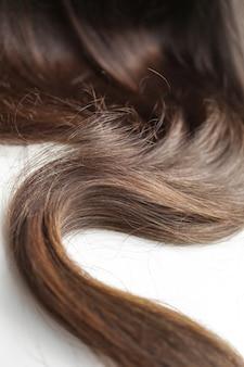 Czarne włosy na białym