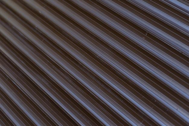 Czarne żelazo blaszane ogrodzenie pokryte tłem. metalowa tekstura