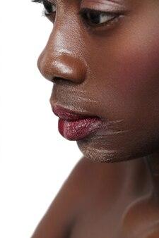 Czarnej kobiety portreta zbliżenie, malująca twarz