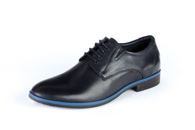 Czarni rzemienni formalni samiec buty odizolowywający na bielu