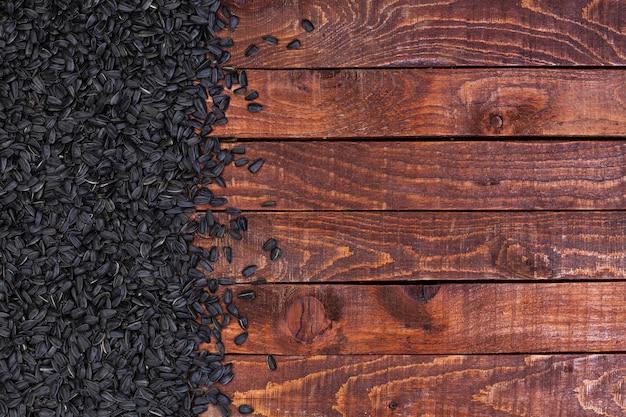 Czarni słonecznikowi ziarna na drewnianym