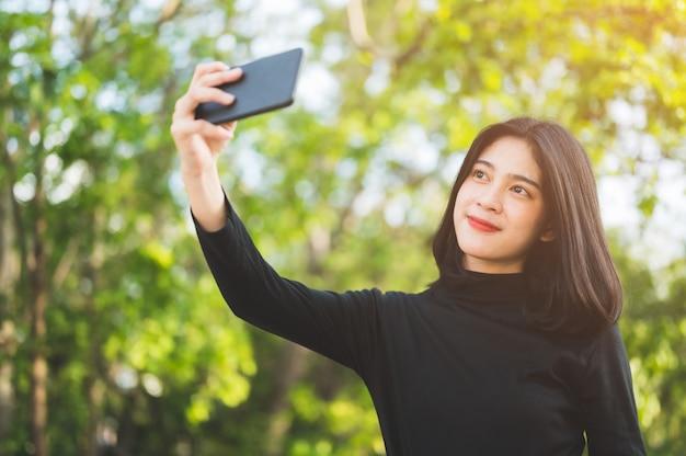 Czarni studenci robią selfie na uniwersytecie.