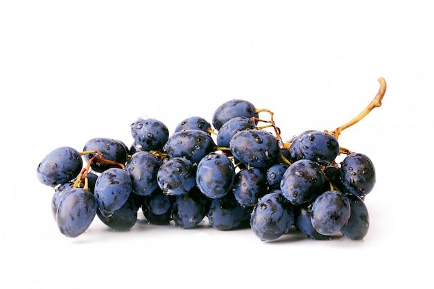 Czarni winogrona odizolowywający na białym tle