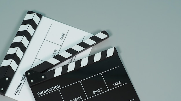 Czarno-biała deska klapy lub deska klapy lub plansza filmowa na szarym tle