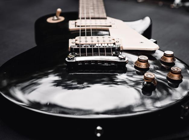 Czarno-biała elektryczna gitara basowa
