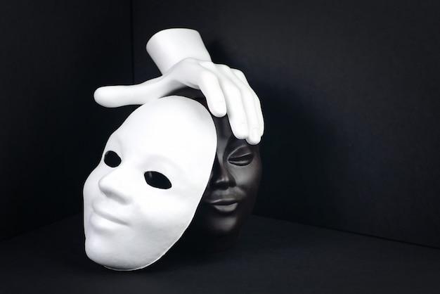 Czarno-biała koncepcja rasizmu lub teatru.