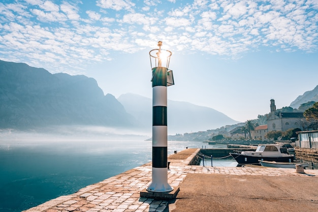 Czarno-biała latarnia morska na morzu prcanj kotor bay monten
