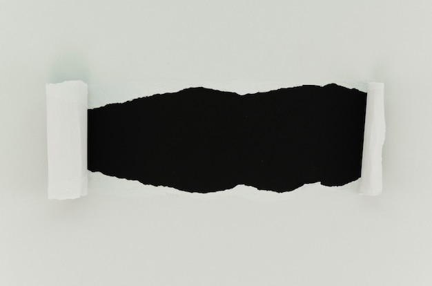 Czarno-biała powierzchnia rozdartego papieru
