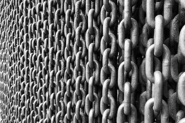 Czarno-biała ściana obrazowa dużych łańcuchów kotwicznych. srebrny metalowy łańcuszek.