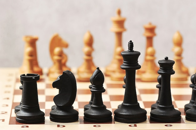 Czarno-białe drewniane szachy