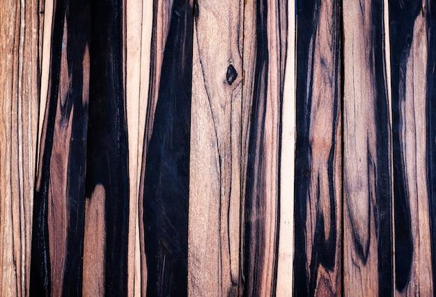 Czarno-białe drewno egzotyczne na białym tle tekstury