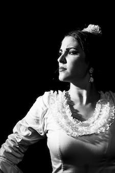 Czarno-białe flamenca odwracając wzrok