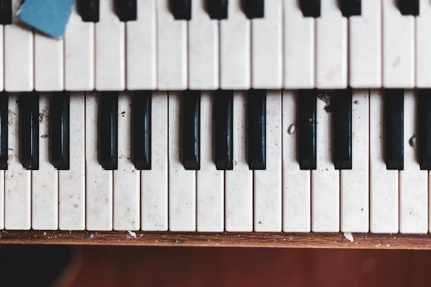 Czarno-białe klawisze fortepianu