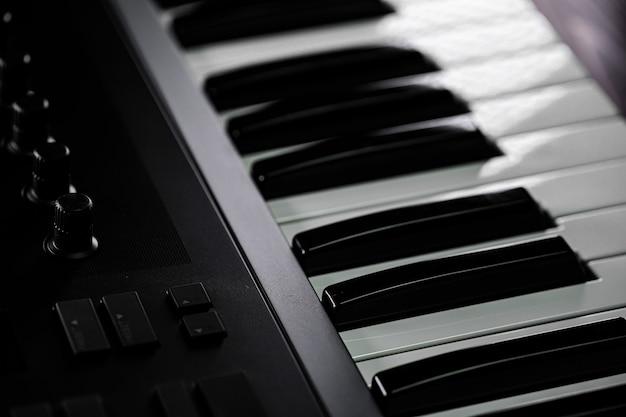 Czarno-białe klawisze klawiatury midi