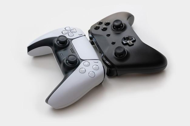 Czarno-białe kontrolery gier nowej generacji na białym tle